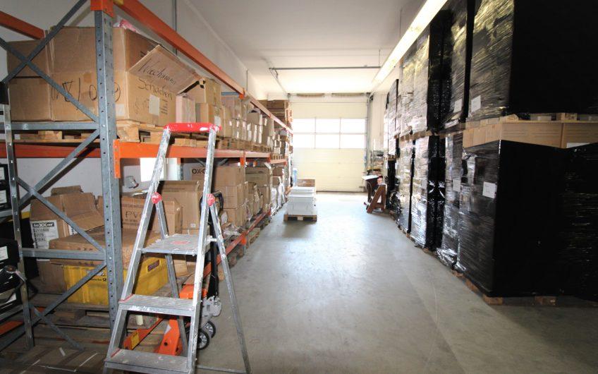 Moderne ca. 378m² große Warmlagerhalle mit Büros